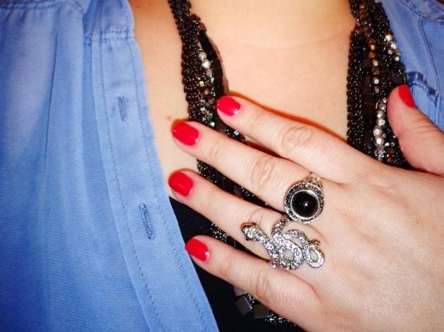 Detalhe acessórios, colares e anéis.